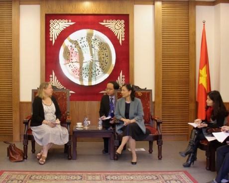 Thứ trưởng Đặng Thị Bích Liên tiếp bà Susan Vize,  Quyền Trưởng Đại diện Văn phòng UNESCO Hà Nội