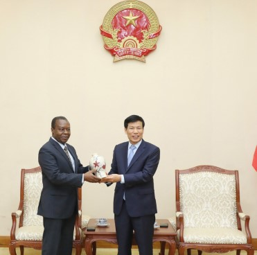 Bộ trưởng Nguyễn Ngọc Thiện tiếp Đại sứ Angola tại Việt Nam