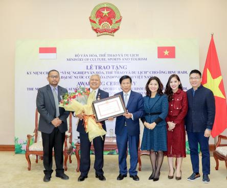 Trao kỷ niệm chương cho Đại sứ Indonesia tại Việt Nam