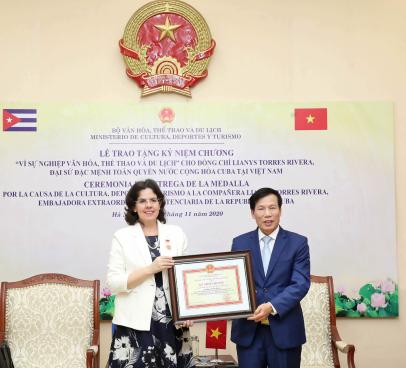 """Trao Kỷ niệm chương """"Vì sự nghiệp Văn hóa, Thể thao và Du lịch"""" cho Bà Lianys Torres Rivera, Đai sứ Cuba tại Việt Nam"""