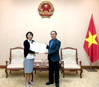 Phó Cục trưởng Cục Hợp tác quốc tế trao Giấy phép thành lập và hoạt động của Trung tâm Văn hóa Hàn Quốc tại Việt Nam