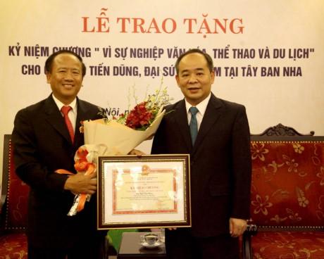 """Trao Kỷ niệm chương """"Vì sự nghiệp Văn hóa, Thể thao và Du lịch"""" cho ông Ngô Tiến Dũng, Đại sứ Việt Nam tại Tây Ban Nha"""