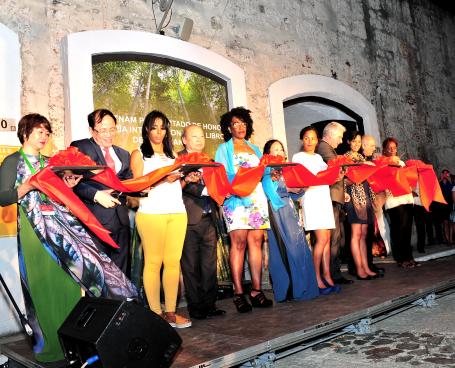CHỦ TỊCH NƯỚC CỘNG HÒA CUBA KHAI TRƯƠNG HỘI CHỢ SÁCH QUỐC TẾ LA HABANA VÀ GIAN HÀNG VIỆT NAM TẠI HỘI CHỢ