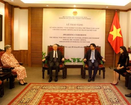 Trao Kỷ niệm chương vì sự nghiệp Văn hóa, Thể thao và Du lịch cho Ngài Valeriu Artani, Đại sứ Ru-ma-ni tại Việt Nam