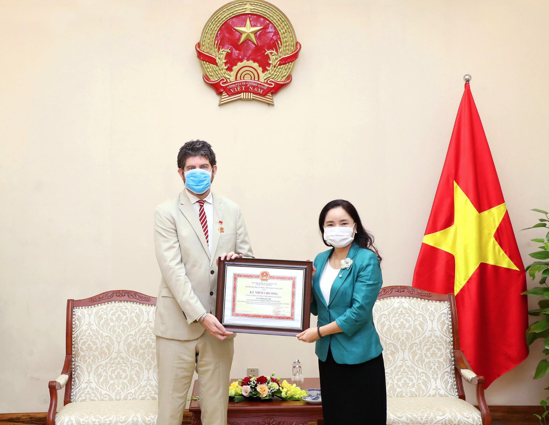 """Thứ trưởng Trịnh Thị Thủy trao tặng Kỷ niệm chương  """"Vì sự nghiệp văn hóa, thể thao và du lịch"""" cho ông Michael Croft- Trưởng Đại diện UNESCO tại Việt Nam"""