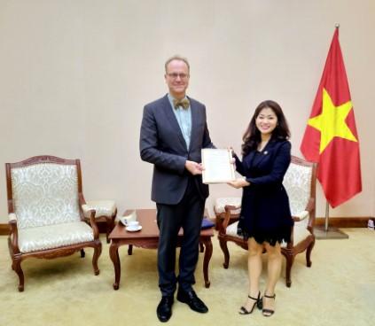 Cục trưởng Cục Hợp tác quốc tế trao Giấy Chứng nhận đăng ký thành lập và hoạt động cho Viện Goethe tại Việt Nam