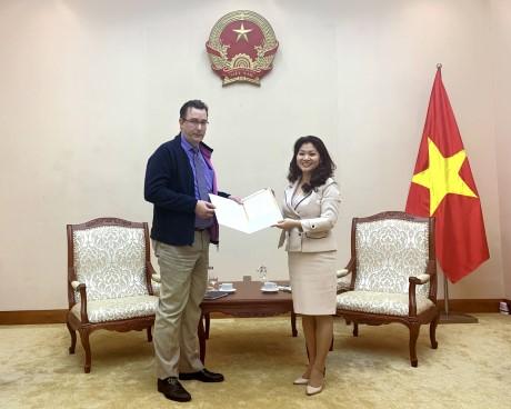 Trao Giấy Chứng nhận đăng ký thành lập và hoạt động của Viện Pháp tại Việt Nam.
