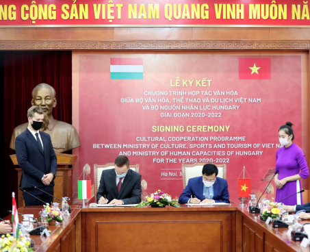 Bộ trưởng Nguyễn Ngọc Thiện tiếp Bộ trưởng Ngoại giao và Kinh tế đối ngoại Hungary