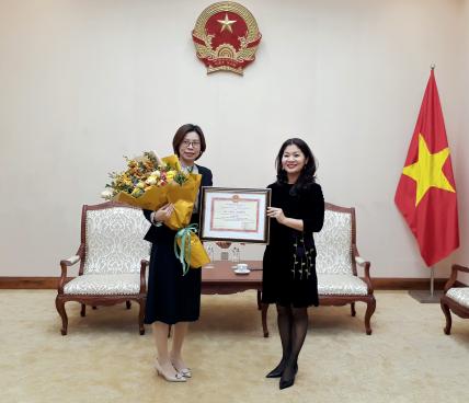 Trao Kỷ niệm chương Vì sự nghiệp VHTTDL cho đại diện gia đình Phó giáo sư, tiến sĩ Đàm Dực, Bí thư thứ hai Đại sứ quán Trung Quốc