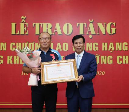 Trao tặng Huân chương Lao động Hạng Nhì cho Huấn luyện viên Park Hang Seo