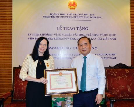 """Trao Kỷ niệm chương """"Vì sự nghiệp Văn hóa, Thể thao và Du lịch"""" cho Bà  Barbara Szymanowska,  Đại sứ Ba Lan tại Việt Nam"""