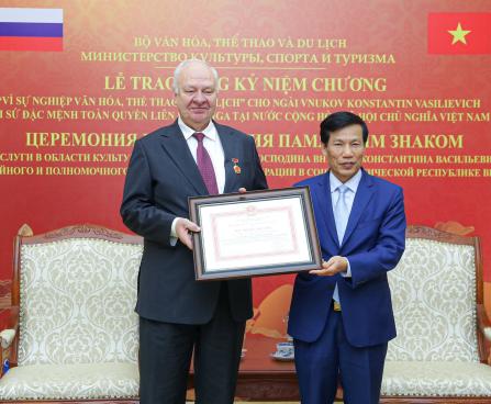 Trao Kỷ niệm chương cho Đại sứ Nga tại Việt Nam
